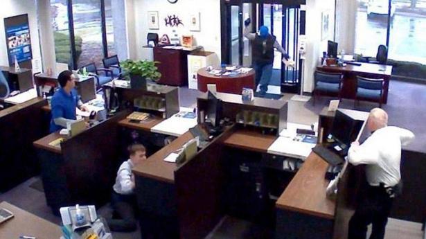 شاهد: شجاعة حارس تحبط عملية سطو مسلح على بنك