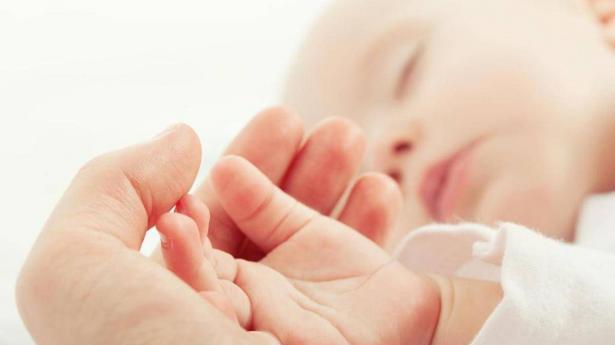 التواصل باللمس قد يساعد في نمو أدمغة حديثي الولادة (دراسة)