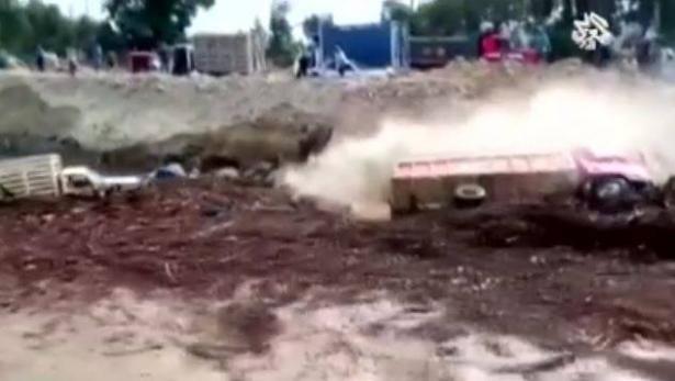 شاهد: سائق شاحنة ينجو بإعجوبة من موت محتم