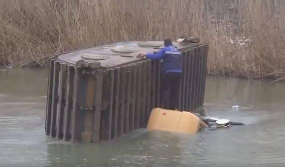 شاهد: حفارة تهوي خلال عملها في تنظيف قاع أحد الأنهار في شمال تركيا