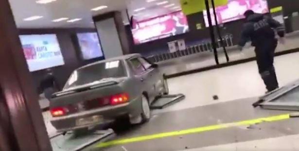 مواطن روسي منعوه من دخول المطار، شاهد ماذا فعل ؟
