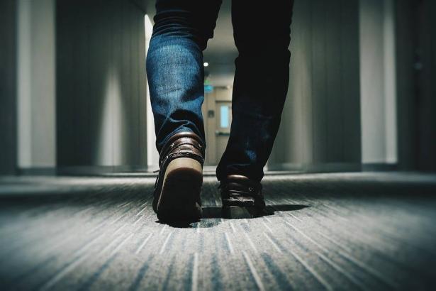 آدم.. طريقة المشي تحدد شخصيتك!