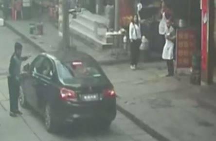 شاهد: طفلة تنجو بأعجوبة بعد أن مرت عليها سيارة
