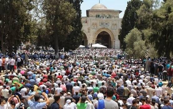 300 الف مصل يختتمون الصلاة في المسجد الاقصى