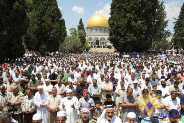 اكثر من 300 الف مصلي ينهون صلاة الجمعة في المسجد الأقصى وحافلات فلسطينية  تنقل المصلين