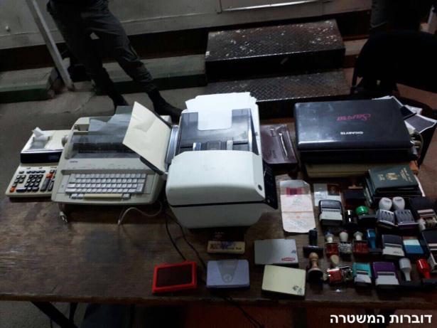 عصابة من الخليل تعمل بتزييف هويات وبطاقات الاعتماد وملكية اراضي فلسطينية