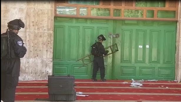 شاهد: محاصرة المسجد القبلي في المسجد الأقصى، واجواء  ملتهبة