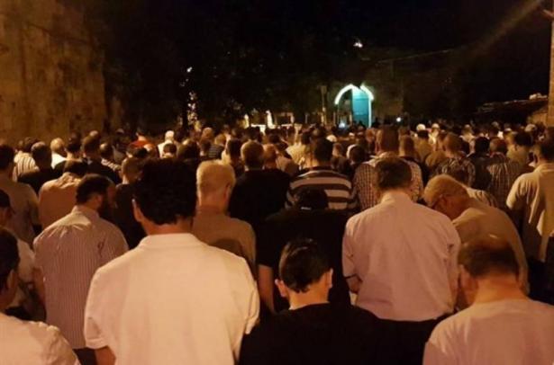 رفضًا للبوابات الإلكترونية: المصلون يؤدون الصلاة خارج المسجد الأقصى