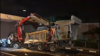 تل أبيب: سقوط جسر للمشاة على شاحنة في شارع 4 ومصرع السائق