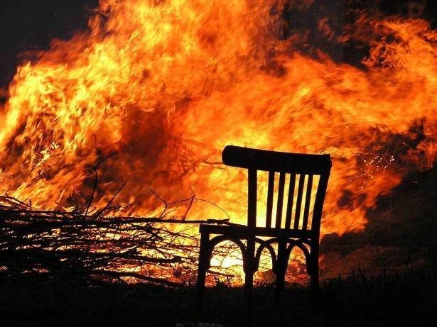 4 طواقم اطفاء تخمد حريق بمحل للخردة في اعبلين
