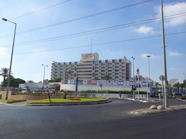 شاب عربي ينهال بالضرب على طبيب في مستشفى فولسفون