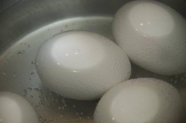 هكذا تعرفون أنّ البيض المسلوق أصبح ناضجاً دون تقشيره