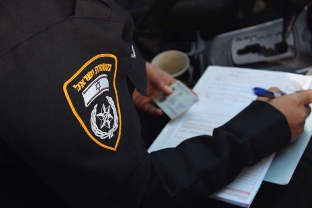 الضابط يونس ابو ليل يوضح حقيقة مخالفة السير الجديدة عند طأطأة الرأس خلال القيادة