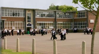 قانون يفرض عقوبة السجن 5 سنوات  لمن يعتدي على معلم