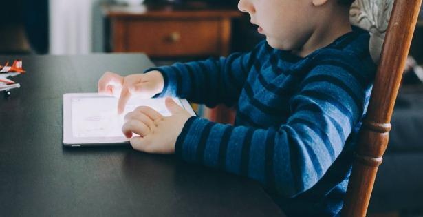 شاشات الهواتف الذكية تؤخر التعبير اللفظي لأطفال