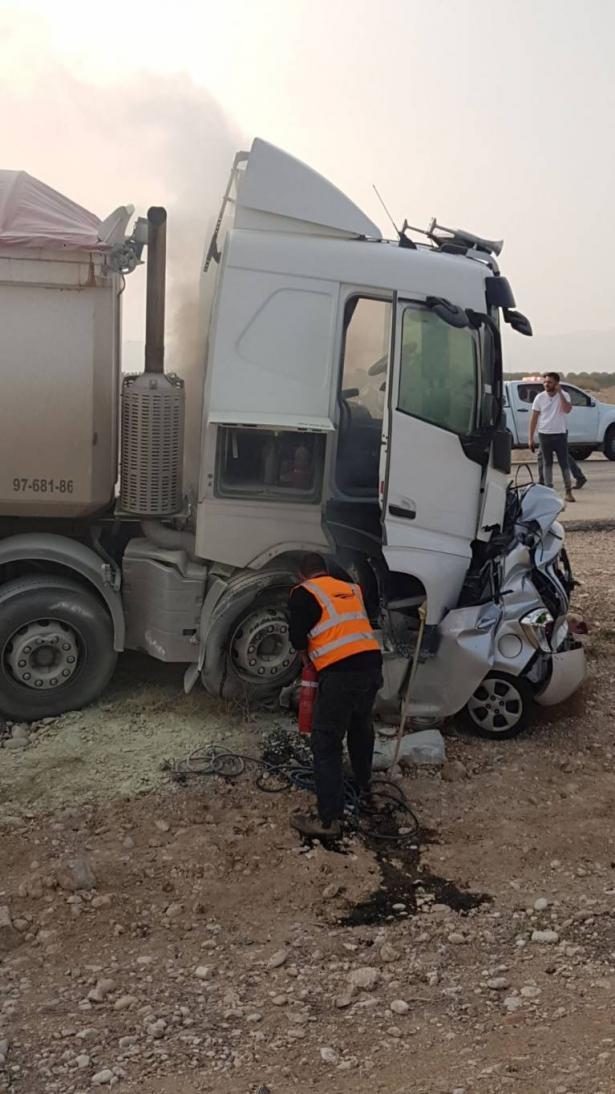 حادث مريع بين شاحنة ومركبة يسفر عن سحق المركبة ومصرع شخص