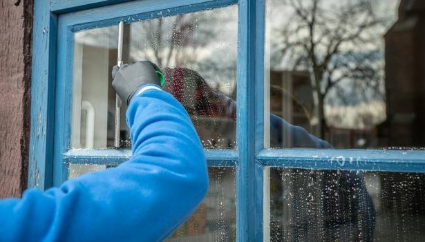 أفضل طرق تنظيف الزجاج في الشتاء
