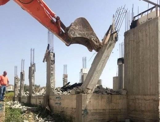 مواطن من دير الأسد يهدم منزله بنفسه تفاديا لدفع الغرامات