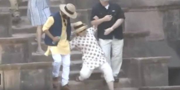 هيلاري كلينتون تمشي حافية بعد تعرضها لموقف محرج في الهند.. فيديو