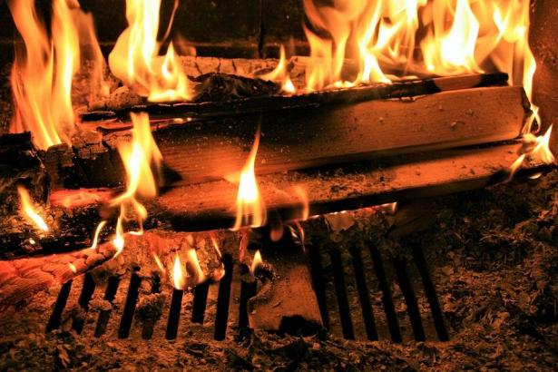 انفجار عبوة مبيد حشرات قرب مدفأة حطب تؤدي الى حريق منزل في سخنين واصابة سيدة بجراح خطيرة