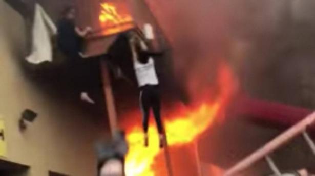 بالفيديو.. فتيات يقفزن من استوديو رقص بعد نشوب حريق فيه