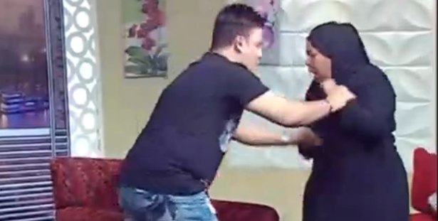 بالفيديو: ضيفة مصريّة تضرب إعلامياً مباشرة على الهواء.. شتائم وإشتباك بالأيدي!