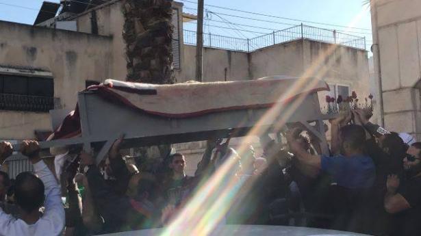 بحزن وغضب: الطيبة تشيع جثمان ضحية اطلاق النار الشاب مكرم جابر