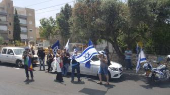 15 شخصًا يتظاهرون امام منزل النائب عودة بعد المشادة الكلامية مع شرطي