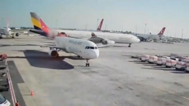 بالفيديو.. لحظة تصادم طائرتين في مطار أتاتورك بإسطنبول
