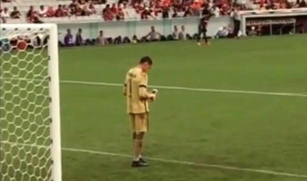 بالفيديو...حارس مرمى يتفقد جواله خلال المباراة على أرض الملعب