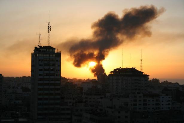 قصف مدفعي اسرائيلي على رفح وإصابة مواطن بجراح خطيرة