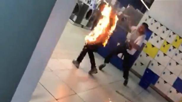 مغربي يحرق نفسه في سوق تجاري لاتهامه بالسرقة (فيديو)