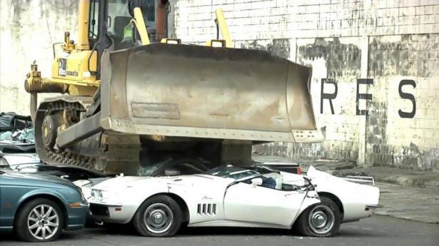 رئيس الفلبين يأمر بتدمر عشرات السيارات الفاخرة أمام الكاميرات (فيديو)