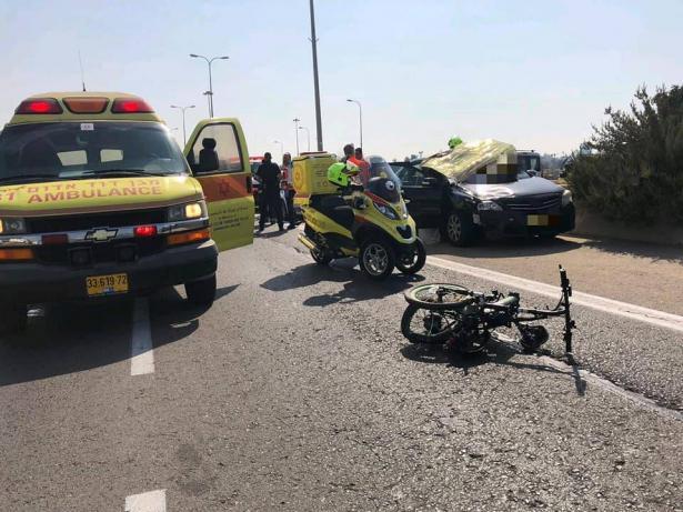 مصرع رجل عربي (60 عاما) من الرملة بحادث دهس بين دراجة كهربائية ومركبة على شارع ٤٠ قرب اللد