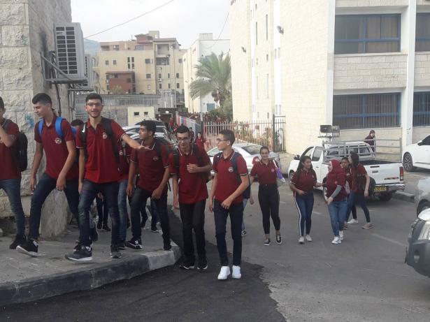 طلاب ثانوية البطوف يعودون الى منازلهم بسبب الاضراب ونقص المقاعد