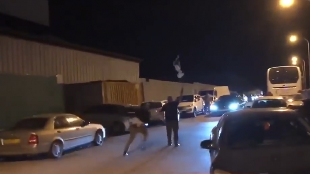 شاهد ماذا حدث لمتظاهر اعترض موكب نتنياهو