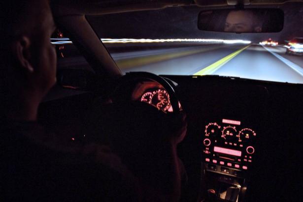 نصائح لتجنب مخاطر القيادة الليلية