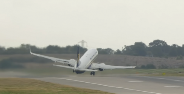 بالفيديو... أخطر عملية إقلاع لطائرة