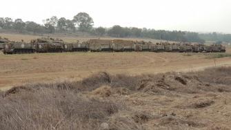 شاهد بالصور: تعزيزات عسكرية اسرائيلية على الحدود مع غزة، رويترز: 60 دبابة وناقلة جند