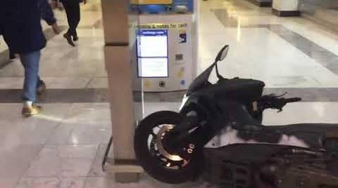 محاولة سرقة محل ساعات بالدرجات النارية (فيديو)