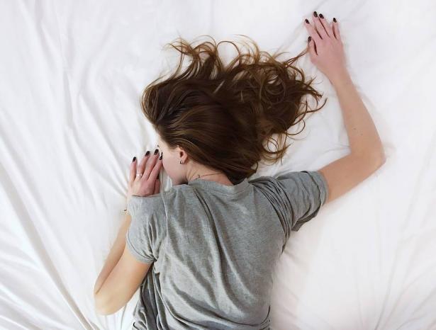 دراسة: النوم أقل من 7 ساعات يهدد بإعاقات في المهارات العقلية