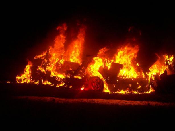 اضرام النار بسيارتين في زيمر