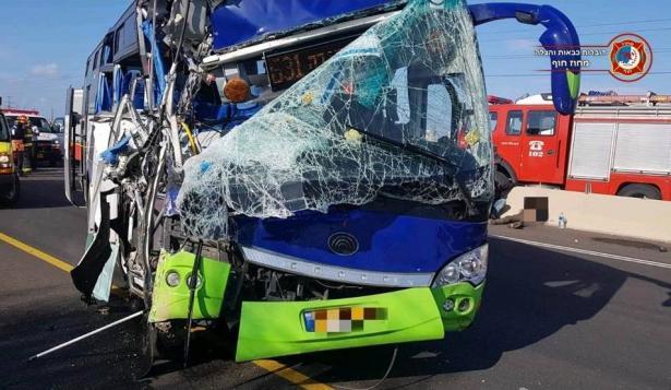 حادث طرق مروع بين شاحنة وحافلة في حيفا يسفر عن اصابات حرجة