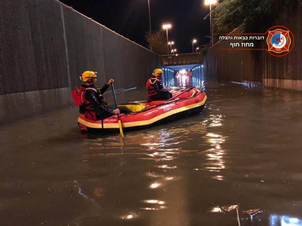 انقاذ سائق علق في نفق بحيفا بعد أن غمرته  الأمطار