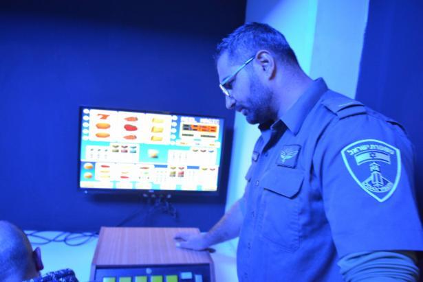 شاهد ومرة اخرى في الناصرة: الشرطة تداهم محلًا للقمار