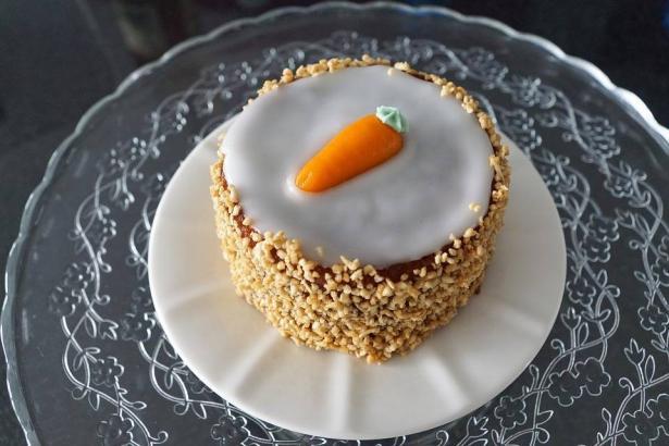 كعكة الجزر مزينة باليوغورت