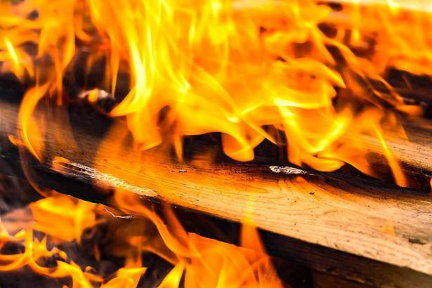 حريق بشقة سكنية داخل بناية في الناصرة