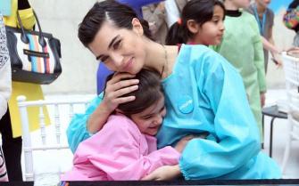 الممثلة التركية توبا بويوكوستون المعروفة بـ «لميس» تقضي يوماً مع أطفال سوريين