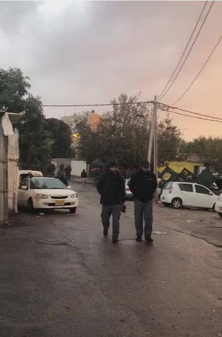 شاهد: الشرطة تداهم بيارة دكة بيافا وتطالب العائلة بأوراق تُثبت ملكيتها للأرض