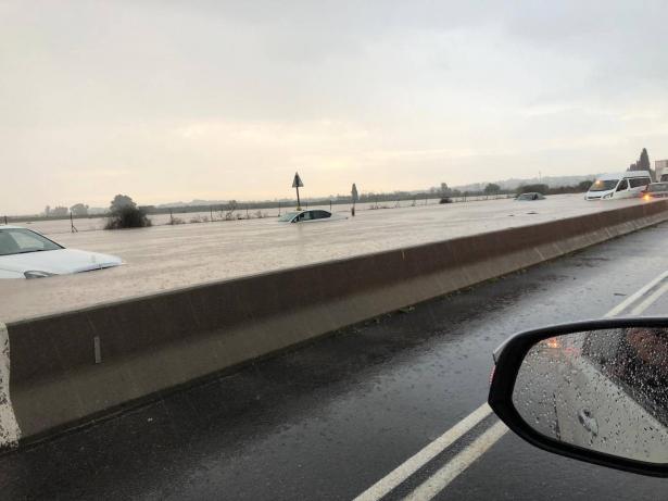 اغلاق شوارع وغرق سيارات وتخليص 20 شخصا علقوا جراء الفيضانات